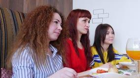 Ομάδα φίλων που κάθονται σε έναν καφέ Τρεις γυναίκες που μιλούν στους φίλους τους απόθεμα βίντεο
