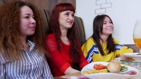 Ομάδα φίλων που κάθονται σε έναν καφέ Τρεις γυναίκες που μιλούν στους φίλους και το γέλιό τους απόθεμα βίντεο