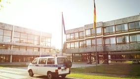 Ομοσπονδιακό Συνταγματικό Δικαστήριο αστυνομίας του Volkswagen polizei van surveillance απόθεμα βίντεο