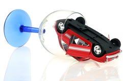 Οδήγηση ενός αυτοκινήτου και κατανάλωση στοκ φωτογραφίες