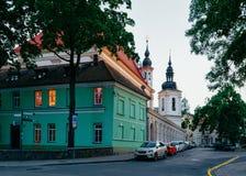 Οδός στην παλαιά πόλη σε Vilnius στη Λιθουανία το βράδυ στοκ φωτογραφίες