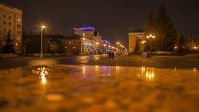 Οδός το βράδυ αναμμένο από τα φανάρια στοκ φωτογραφία με δικαίωμα ελεύθερης χρήσης