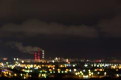 ορίζοντας πόλεων τη νύχτα Άποψη νύχτας μιας γειτονιάς με φωτισμένα φω'τα παραθύρων χαμηλός-ανόδου τα πολυκατοικίες στοκ εικόνα