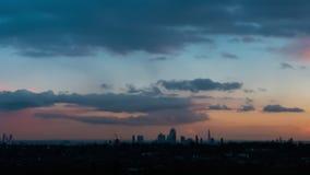 Ορίζοντας πόλεων του Λονδίνου στο ηλιοβασίλεμα απόθεμα βίντεο
