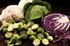 Οργανικά κεφάλια λάχανων Αντιοξειδωτική ισορροπημένη διατροφή που τρώει με το κόκκινο λάχανο, το άσπρο λάχανο και το κραμπολάχανο στοκ εικόνα με δικαίωμα ελεύθερης χρήσης
