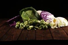 Οργανικά κεφάλια λάχανων Αντιοξειδωτική ισορροπημένη διατροφή που τρώει με το κόκκινο λάχανο, το άσπρο λάχανο και το κραμπολάχανο στοκ φωτογραφίες με δικαίωμα ελεύθερης χρήσης