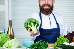 οργανικά λαχανικά Επιλέγω μόνο τα υγιή συστατικά Καπέλο μαγείρων ατόμων και μπρόκολο λαβής ποδιών υγιής διατροφή έννοιας στοκ εικόνες