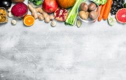 Οργανική τροφή Μεγάλη κατάταξη των υγιών φρούτων και λαχανικών στοκ φωτογραφίες με δικαίωμα ελεύθερης χρήσης