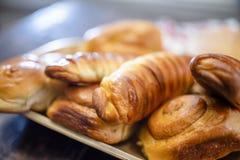 Ορεκτικές ζύμες και βερνικωμένες σπιτικές ζύμες στο ξύλινο πιάτο στοκ εικόνες με δικαίωμα ελεύθερης χρήσης