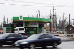 Ουκρανία, Kremenchug - το Μάρτιο του 2019: ΞΕΝΟΣ βενζινάδικων Αυτοκίνητα που περνούν από στη θαμπάδα κινήσεων πολυάσχολη στοκ φωτογραφίες με δικαίωμα ελεύθερης χρήσης