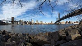 Ουρανοξύστες NYC μεταξύ Brookly και της γέφυρας του Μανχάταν στοκ εικόνες