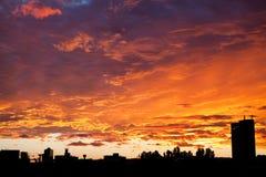 Ουρανός ηλιοβασιλέματος πόλεων - δραματική άποψη στοκ εικόνες