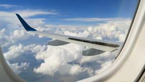 Ουρανός στο φωτιστικό αεροπλάνων στοκ εικόνες