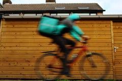 Ουτρέχτη, οι Κάτω Χώρες, στις 19 Φεβρουαρίου 2019: Ένα deliveroo freelancer στο ποδήλατό του, μουτζουρωμένο λόγω της επικίνδυνης  στοκ εικόνες με δικαίωμα ελεύθερης χρήσης