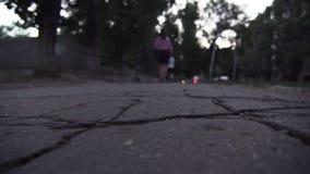 Οπισθοσκόπος μιας νέας μη αναγνωρισμένης γυναίκας στα επίσημα ενδύματα που περπατά κατά μήκος του πεζοδρομίου φιλμ μικρού μήκους