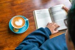 Οπισθοσκόπος του νέου κοριτσιού διαβάστε ένα βιβλίο στοκ εικόνες