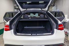 Οπισθοσκόπο της πολυτέλειας το πολύ ακριβό νέο άσπρο αυτοκίνητο της Mercedes-Benz GLE Coupe AMG 63s στέκεται με τον ανοιγμένο κορ στοκ εικόνα με δικαίωμα ελεύθερης χρήσης