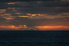 Ο ήλιος έθεσε ήδη πίσω από τον ορίζοντα που δίνει στα σύννεφα μια πορτοκαλιά σκιαγραφία στοκ εικόνες με δικαίωμα ελεύθερης χρήσης
