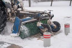 Ο ανεμιστήρας χιονιού καθαρίζει τις οδούς κατά τη διάρκεια του χιονιού στοκ εικόνες με δικαίωμα ελεύθερης χρήσης