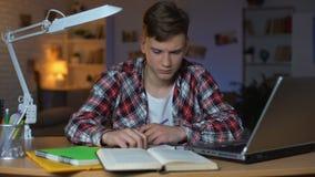 Ο αριστερόχειρας υπερφόρτωσε εφηβικός να προετοιμαστεί σπουδαστών για την εξέταση, αισθαμένος νυσταλέος απόθεμα βίντεο