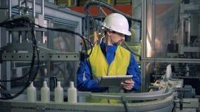 Ο αρσενικός μηχανικός παρατηρεί τη μεταφορά των πλαστικών μπουκαλιών απόθεμα βίντεο