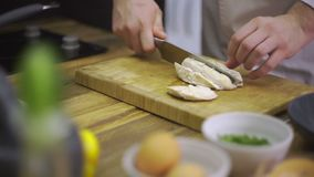 Ο αρχιμάγειρας είναι τέμνον βρασμένο κοτόπουλο απόθεμα βίντεο