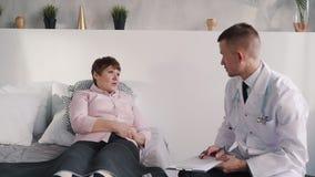 Ο ασθενής αποχώρησης μιλά, ακούει και συσκέπτεται με τη βοήθεια του γιατρού απόθεμα βίντεο