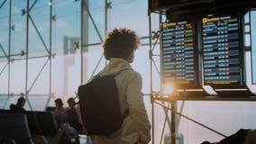 Ο αστικός ταξιδιώτης νομάδων εξετάζει την οθόνη στον αερολιμένα απόθεμα βίντεο