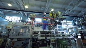 Ο βιομηχανικός εξοπλισμός παίρνει επιθεωρημένος από τον εργαζόμενο που στέκεται σε μια πλατφόρμα απόθεμα βίντεο