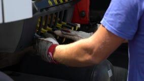 Ο βιομηχανικός εργάτης ενεργοποιεί ένα τρυπάνι υψηλής τεχνολογίας χρησιμοποιώντας τους μοχλούς απόθεμα βίντεο