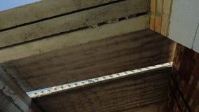 Ο βραχίονας του γερανού εγκαθιστά μια βαριά ενισχυμένη συγκεκριμένη επιτροπή για το πάτωμα Κατασκευή της έννοιας σπιτιών απόθεμα βίντεο