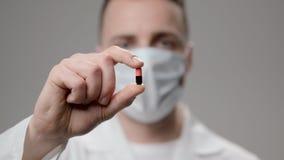 Ο γιατρός παρουσιάζει το χάπι που πρέπει να πάρει σε έναν ασθενή απόθεμα βίντεο