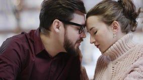 Ο ενήλικοι άνδρας και η γυναίκα κρατούν το ο ένας του άλλου χέρι και φιλούν από τον πίνακα απόθεμα βίντεο