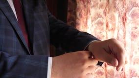 Ο εργαζόμενος γραφείων παίρνει ντυμένος για την εργασία το πρωί ο επιχειρηματίας στο κόκκινο κοστούμι ελέγχου δεσμών σκούρο μπλε  απόθεμα βίντεο