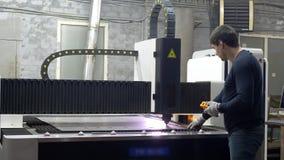 Ο εργαζόμενος μηχανικών ελέγχει την κοπή των μεταλλικών πιάτων απόθεμα βίντεο