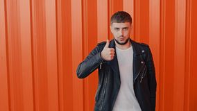 Ο εύθυμος θετικός τύπος παρουσιάζει από το χέρι του μια χειρονομία ή σημάδι ομοειδούς, αντίχειρας απόθεμα βίντεο