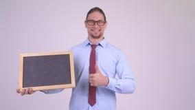 Ο ευτυχής όμορφος πίνακας εκμετάλλευσης επιχειρηματιών και το δόσιμο φυλλομετρούν επάνω απόθεμα βίντεο