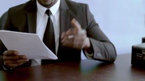 Ο επιχειρηματίας δίνει τα έγγραφα για τη θεώρηση εργασίας, κρατώντας το τραπεζικό έγγραφο φιλμ μικρού μήκους