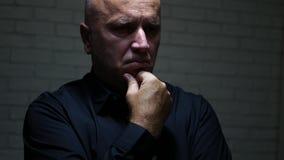 Ο επιχειρηματίας σκέφτεται σκεπτικός με μια απογοητευτική έκφραση προσώπου απόθεμα βίντεο
