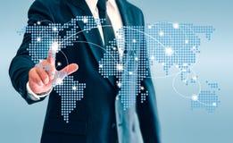 Ο επιχειρηματίας σχετικά με το εικονικό κουμπί παγκόσμιων χαρτών και συνδέει την επικοινωνία στοκ εικόνες