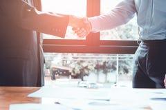 Ο επιχειρηματίας της Ασίας ομάδας δημιουργεί μαζί μια αμοιβαία ευεργετική επιχειρησιακή σχέση στοκ εικόνα με δικαίωμα ελεύθερης χρήσης