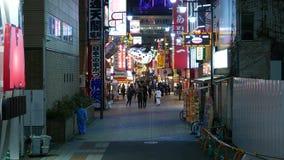 Ο ιαπωνικός καθαριστής συλλέγει τα απορρίμματα στην περιοχή Shinsekai τη νύχτα Ιαπωνία Οζάκα απόθεμα βίντεο