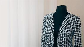 Ο ιματισμός των γυναικών σχεδιαστών γυναικών κάνει μια μέτρηση σε ένα γραπτό σακάκι HD απόθεμα βίντεο