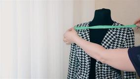 Ο ιματισμός των γυναικών σχεδιαστών γυναικών κάνει μια μέτρηση σε ένα γραπτό σακάκι 1080 απόθεμα βίντεο