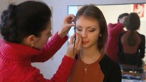 Ο καλλιτέχνης Makeup εφαρμόζει mascara απόθεμα βίντεο