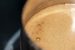 Ο καφές σε Τούρκο είναι μαγειρευμένος στη σόμπα στοκ φωτογραφία με δικαίωμα ελεύθερης χρήσης