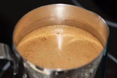 Ο καφές σε Τούρκο είναι μαγειρευμένος στη σόμπα στοκ εικόνα