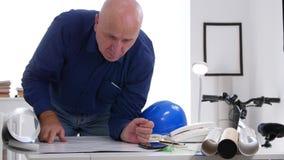Ο μηχανικός που εργάζεται με τη μελέτη σχεδίων και προγραμμάτων και αναλύει τα τεχνικά σχέδια απόθεμα βίντεο