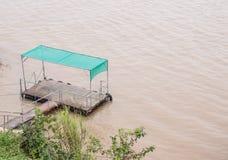 Ο μικρός πάκτωνας επιπλέει στο μεγάλο ποταμό στοκ εικόνες με δικαίωμα ελεύθερης χρήσης