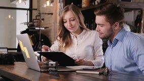 Ο μοντέρνος γενειοφόρος νέος επιχειρηματίας και η νέα όμορφη επιχειρησιακή γυναίκα συμμετέχουν στην ομαδική εργασία επικοινωνήστε φιλμ μικρού μήκους